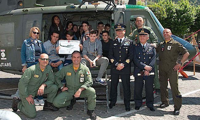 gli uomini dell equipaggio donano una litografia dell HH212 a studenti sarnesi