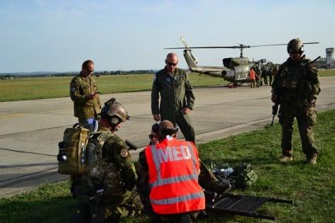 11. Il personale sanitario presta soccorso ad un survisor recuperato dal HH212 in retro