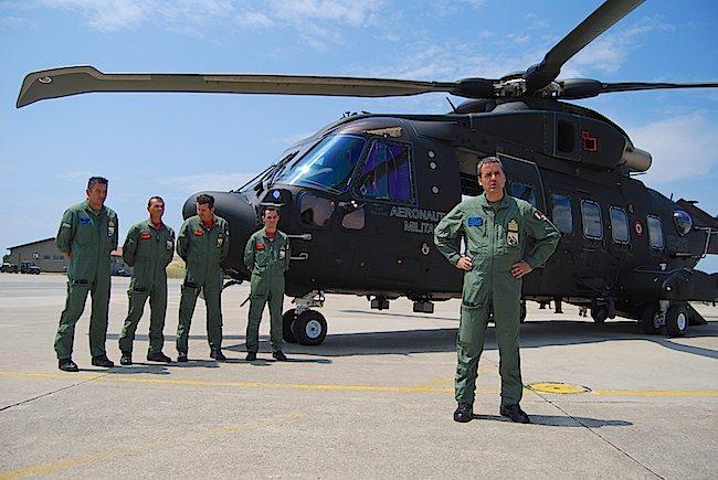 Il Col. Giuseppe Massimetti Comante l'83° Gruppo CSAR e il primo equipaggio del nuovo elicottero