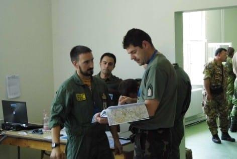 3bis.Un pilota del 9° pianifica il volo con il collega straniero