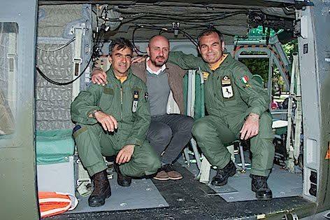 4. Pilota ed aerosoccorritore insieme ad un cittadino recuperato durante l alluvione del 98