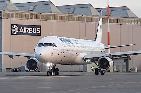 800x600_1484211568_A321_IranAir_taxiing(3)