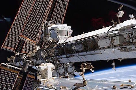 La Stazione spaziale ISS. Sulla sinistra l'Alpha Magnetic Spectrometer  (foto Wikipedia)