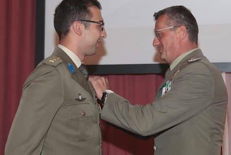 Il gen. Antonio Bettelli (a dx) appunta l'Aquila durante la cerimonia (foto Esercito Italiano)
