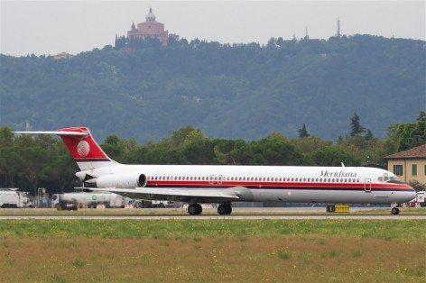 L'aeroporto di Bologna e in primo piano un volo Meridiana (foto aeroporto Marconi Bologna)
