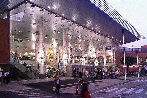 L'ingresso dell'Aeroporto di Napoli (foto wikipedia)