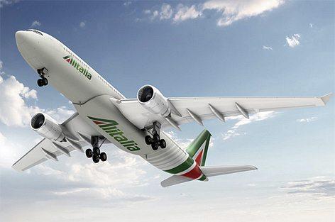 L'A330 dotato di logo Alitalia  anche sotto l'aereo (foto Alitalia)