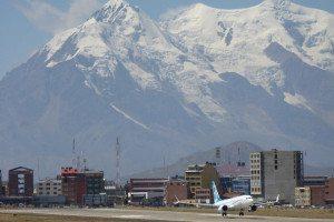 Decolli e atterraggi tra le alte montagne di La Paz in Bolivia (foto Boeing)