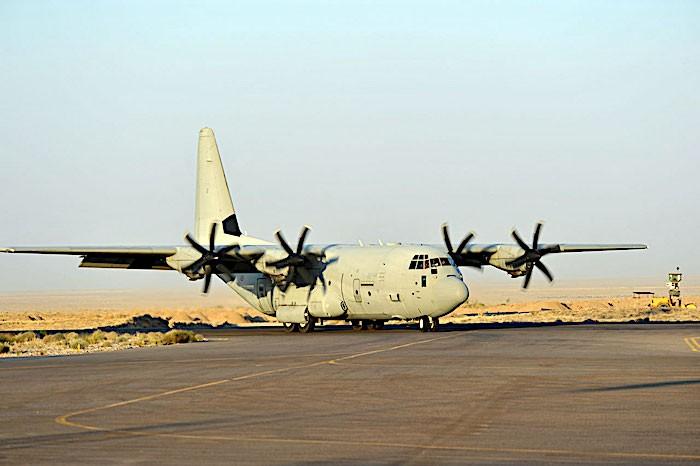 Ponte aereo a Kabul: spari lungo la rotta di decollo di un C-130 dell'Aeronautica Militare