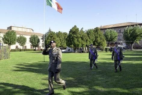 Gen. Godio passa in rassegna le autorità intervenute alla cerimonia