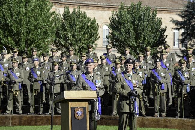 Il Gen. Riccò appena subentrato alla Brigata Aeromobile Friuli ed il Gen. Cuoci cedente
