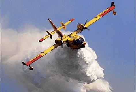 Un Canadair della Protezione Civile in azione (foto Protezione Civile)