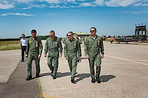 Copia di Il Gen Girardi ed il Gen. Giancotti accolti all'arrivo dal Comandante il 9° Stormo
