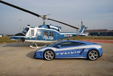 L'atterraggio a fianco della Lamborghini della Polizia Stradale di Bologna