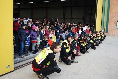 In attesa  dell'atterraggio dell'elicottero con i volontari del soccorso alpino