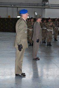 In primo piano il Gen. di Brigata Antonio Bettelli, comandante dell'Aviazione dell'Esercito e il Gen. Alberto Primicerj, Comandante le Forze Operative Terrestri, mentre passano in rassegna allo schieramento