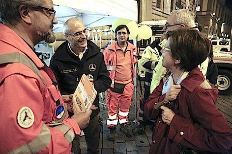 Il Capo Dipartimento con i volontari di Anpas in piazza a Firenze DPC16106_d0