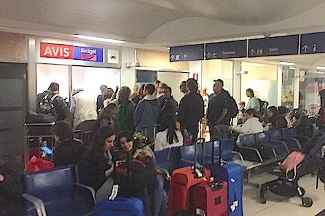 Foto 2_Turisti in fila per il noleggio auto