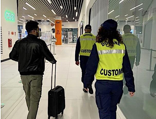 Scoperta valuta per 325mila euro dalle Dogane e Guardia di Finanza all'aeroporto di Torino