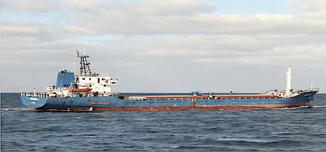 """La motonave """"Munzur"""", di circa 80 metri, battente bandiera panamense (foto Guardia di Finanza)"""