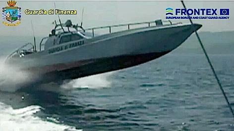 Un motoscafo della Guardia di Finanza nel corso dell'inseguimento (frame video GdF)