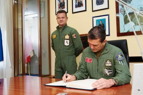 Gen Agresti firma Albo Onore del 9 Stormo