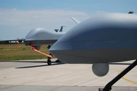 """General Atomic MQ-9 """"Predator B – Reaper  e un General Atomics RQ-1B """"Predator A +"""" (foto Claudio Toselli)"""