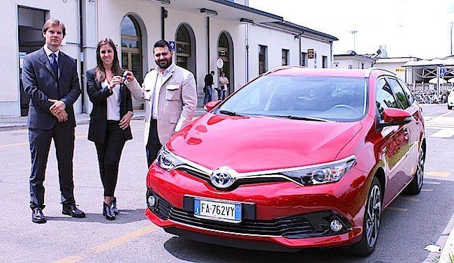 I delegati di Toyota consegnano auto al sindaco