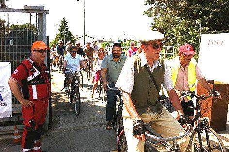 L'arrivo dei ciclisti in aeroporto. Al centro il sindaco di Lugo Davide Ranalli, a sx il com.te Roberto Faccani dirigente della Croce Rossa dell'Unione dei Comuni B.R. (foto Baldi)