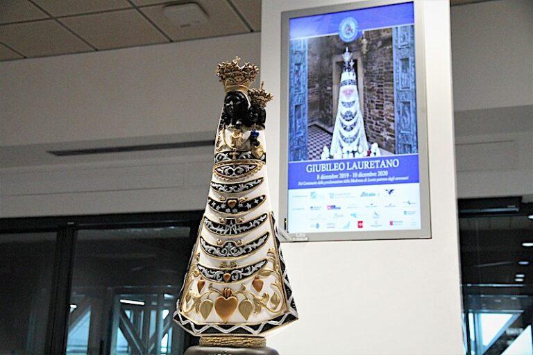 Arrivata in aeroporto a Bologna la statua della Madonna di Loreto dove resterà esposta fino al 9 dicembre