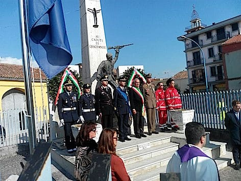 il-col-di-palma-con-il-sindaco-di-grazzanise-davanti-al-monumento-dei-caduti