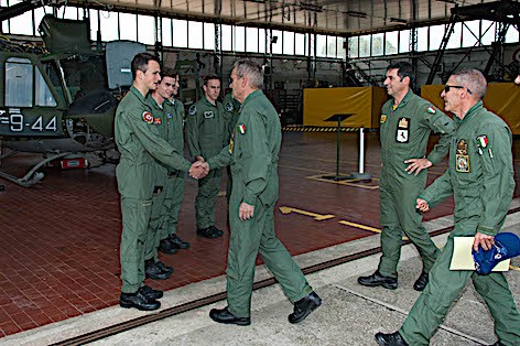 Il Gen. Girardi saluta i frequantatori dell'Accademia Aeronautica