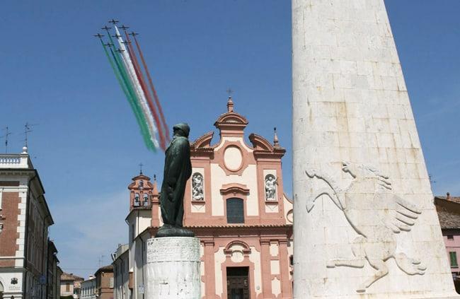 La PAN in un passaggio sul Monumento all'Asso degli assi Francesco Baracca a Lugo