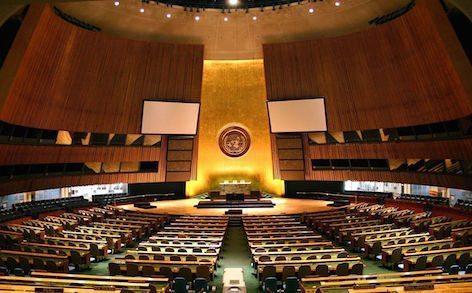 """""""UN General Assembly hall"""" (foto su Wikipedia  di Patrick Gruban)"""