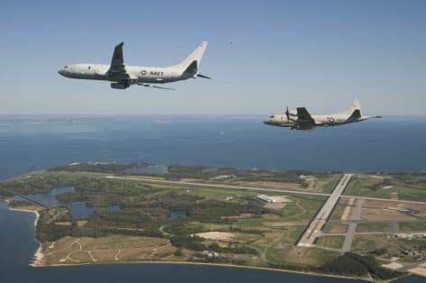Boeing P-8A Poseidon arrival to Naval Air Station Patuxent River seguito da un Lockeed P-3 Orion (foto Boeing - Wikipedia)