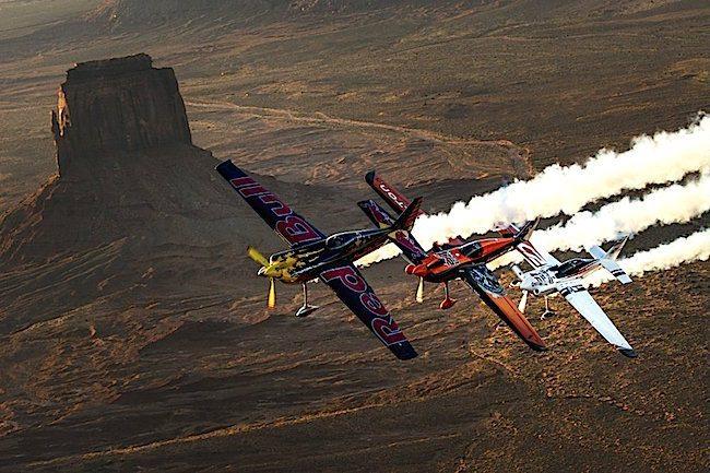 Volo in formazione sulla Monument Valley per tre piloti della Red Bul Air Race