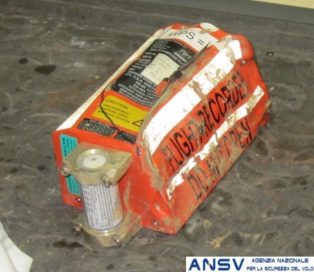 Una foto del registratore di volo danneggiato (foto ANSV)