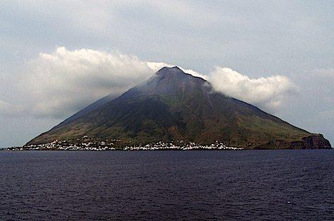 L'isola di Stromboli (foto Blucolt - wikipedia)