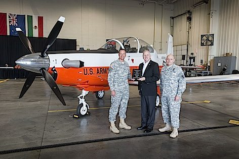 Da sx: Col Steve Clark, US Army Fixed Wing Project manager, Dan Grazia, Vice President, Business Development, Aziendale Defense e Col. Patrick Mason, comandante, RTC (foto Beechcraft - Textron)