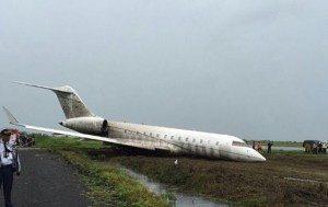 L'aereo uscito fuori pista (foto MeteoWeb.eu)