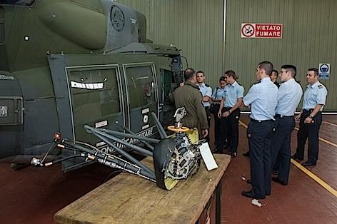 un-altro-momento-della-visita-al-settore-manutentivo-elicottero-hh-212