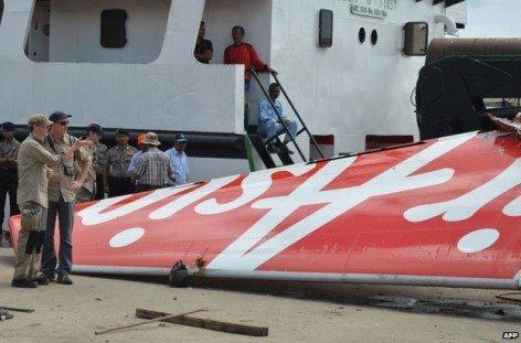 Gli investigatori esaminando la coda del relitto del volo AirAsia QZ8501 (foto AFP)