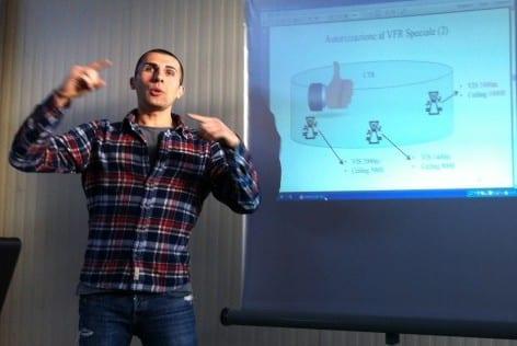 Alessio Donin durante la spiegazione della slide relativa all'autorizzazione al VFR speciale (2)