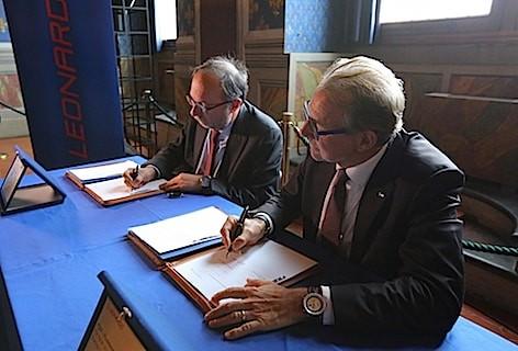 La firma dell'accordo tra Leonardo Finmeccanica ed ESA (foto Leonardo Finmeccanica)