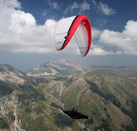 Un parapendio in volo fra i monti (foto FIVL)