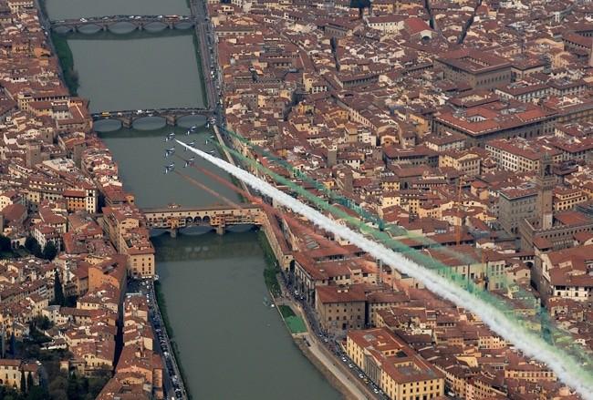 Il passaggio della PAN sull'Arno (foto: Aeronautica Militare)