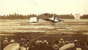 Il decollo di un biplano dell'epoca (foto moleventiquattro)