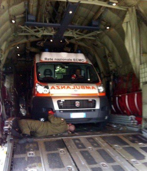 L'ambulanza duramte l'imbarco sul C130 (foto Aeronautica Militare)