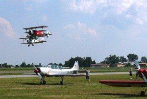 Fokker Dr1 e Tiger Moth in decollo per il duello aereo (foto Baldi)